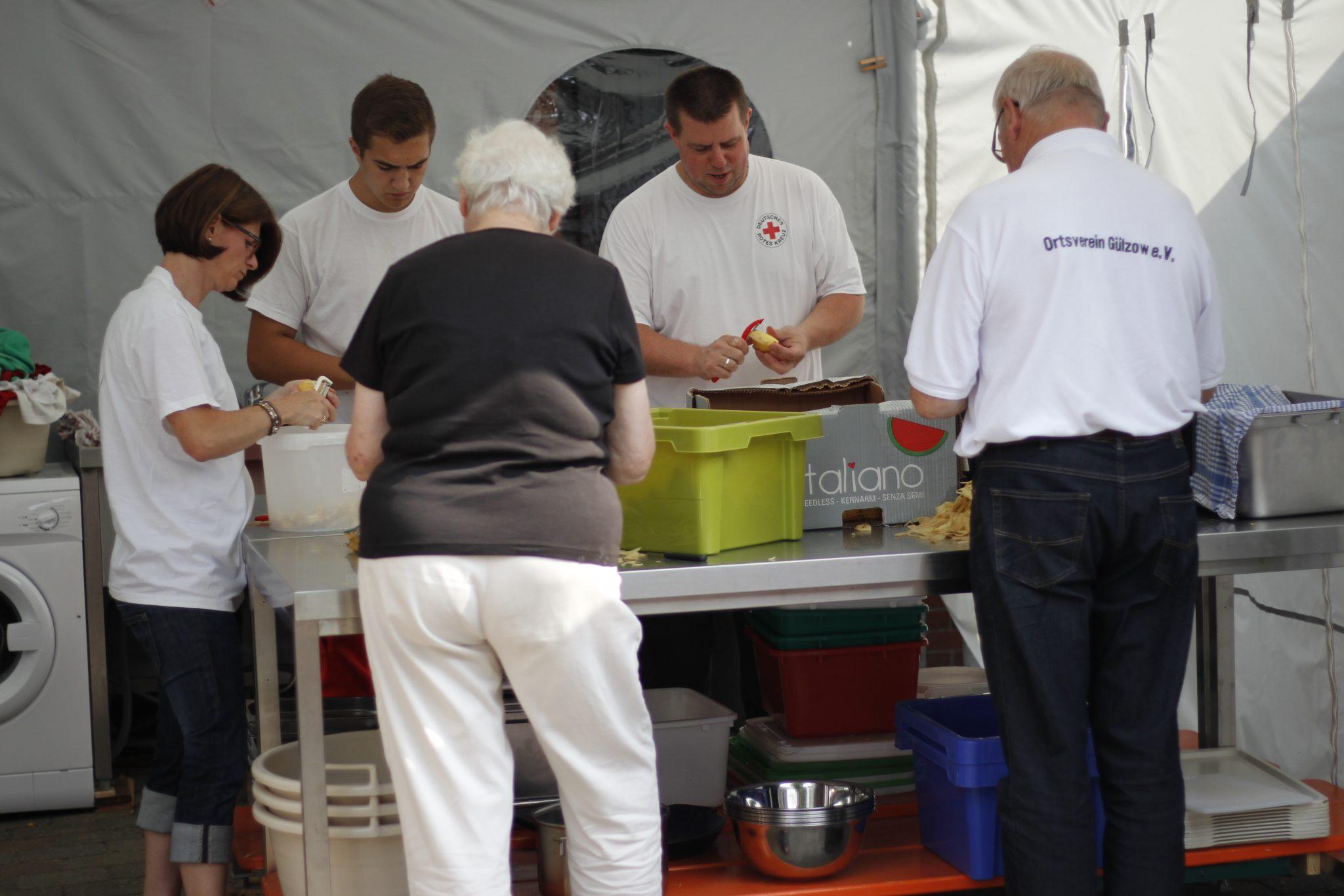 Stefan und sein Team beim Kartoffelschälen